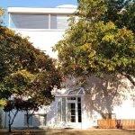 Budova mateřské školy Milíčův dům - exterier budovy se zahradou
